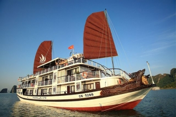 Cruise on GloryLegend boat